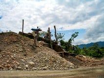 Flussbank in Peru mit Goldförderung Lizenzfreies Stockbild