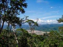 Flussbank in Peru mit Goldförderung Stockfoto