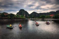 Flussbergwolken-Bootsreise Vietnams Hanoi lizenzfreies stockfoto