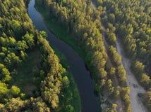 Flussbiegung im Wald auf dem Sonnenuntergang mit Reflexion Lizenzfreie Stockfotos