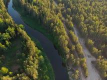Flussbiegung im Wald auf dem Sonnenuntergang mit Reflexion Stockfoto