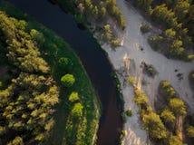 Flussbiegung im Wald auf dem Sonnenuntergang mit Reflexion Stockbilder