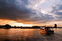 Flussboot mit Sturmwolke stockbilder
