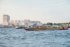 Flussboote mit Passagieren auf Chao Phraya River Bangkok, Thailand stockfotografie