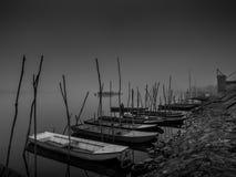 Flussboote am nebelhaften Tag Stockbild