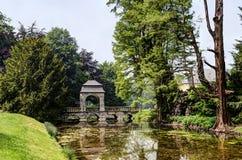 Flussbrücke im englischen Garten, Schloss Dyck Stockfotos