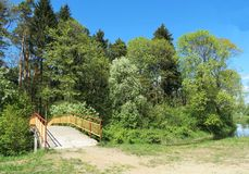 Flussbrücke und schöne Frühlingsbäume Lizenzfreies Stockbild
