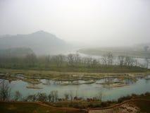 Flussconfluens und -insel im Nebel Lizenzfreie Stockfotos