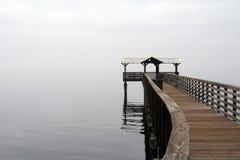 Flussdock an einem nebeligen Nachmittag Lizenzfreie Stockfotos