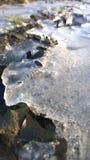 Flusseis, Fluss im Winter, Winternebenfluß Stockbild