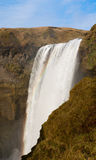 Flussfall in skogafoss Wasserfall und Regenbogen Lizenzfreies Stockfoto