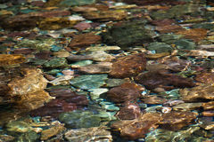 Flussfelsen im Gebirgsfluss Stockfotos