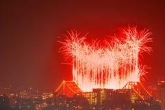 Flussfeuerfeuerwerke als Brisbane Stockfotografie