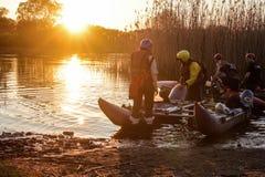 Flussflößen auf Katamaran während des Sonnenuntergangs lizenzfreie stockfotos