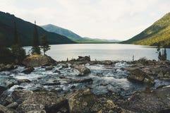 Flussfluß mit enormem Stein Lizenzfreies Stockfoto