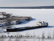FlussFrachtschiff im Winterparken in der Bucht des Flusses lizenzfreies stockfoto