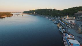 Flusshafen mit Booten im Altstadt- und Luftdrohnentrieb der grünen Hügel stock video