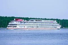 Flusshandwerk, das den Fluss Volga weitergeht Lizenzfreie Stockfotos