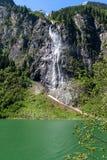 Flussi della cascata sopra i roocks nelle montagne, lago Stillup, Austria, Tirolo del granito fotografia stock