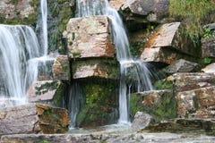 Flussi della pietra e dell'acqua della cascata Immagine Stock