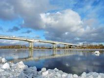 Flussküste und -brücke im Winter Stockfoto