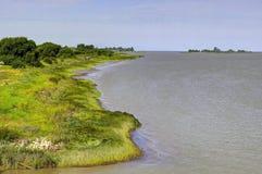 Flussküstenlinie, die auf das Meer verlängert Stockfotos