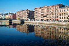 Flusskai in der alten europäischen Stadt Lizenzfreie Stockbilder