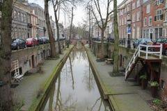 Flusskanal herein in der historischen Mitte von Utrecht, die Niederlande lizenzfreie stockfotografie