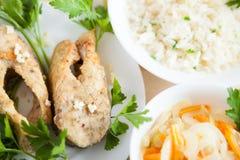 Flusskarpfen und gekochter weißer Reis Stockfoto