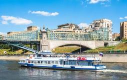 Flusskreuzfahrtboote auf Moskau-Fluss Lizenzfreies Stockfoto