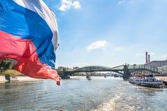 Flusskreuzfahrtboote auf Moskau-Fluss Stockbilder