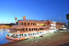 Flusskreuzschiff nachts Lizenzfreies Stockfoto