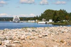 Flusskreuzschiff am Pier im Dorf Goritsy nahe Kloster Goritsky Voskresensky in Vologda-Region Fokus auf Ufer Lizenzfreie Stockfotos