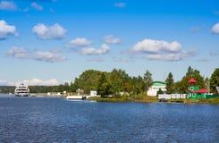 Flusskreuzschiff am Pier im Dorf Goritsy nahe Kloster Goritsky Voskresensky in Vologda-Region Fokus auf Ufer Lizenzfreies Stockfoto