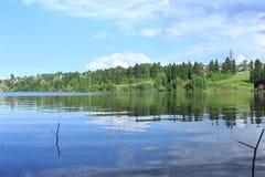 Flusslandschaft an der Grenze der Dauerwellestadt stockfotografie