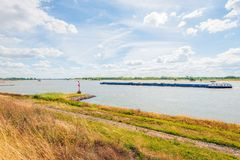 Flusslandschaft gesehen von der Spitze eines Grabens Stockfotos