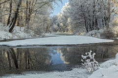 Flusslandschaft im Winter Stockfotos