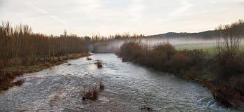 Flusslandschaft mit Nebel an der Dämmerung im Winter Lizenzfreies Stockfoto