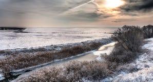 Flusslandschaft umfasst durch frischen Schnee während des Winters stockbild