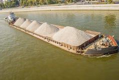 Flusslastkahn beladen mit Haufen des Schutts stockfotografie