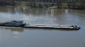 Flusslastkahnschiff, das vorbei auf die Donau in Novi Sad, Serbien überschreitet stock video footage