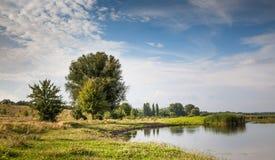 Flussnaturlandschaft, sonniger Tag des Sommers und Hintergrund des bew?lkten Himmels stockfotografie