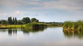 Flussnaturlandschaft, sonniger Tag des Sommers und Hintergrund des bew?lkten Himmels stockbilder