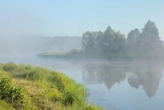 Flussnebel Stockbild