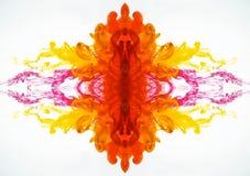 Flusso astratto del modello dell'inchiostro Pittura mescolantesi sotto acqua Il liquido ha colorato il fumo curvo fotografato nel fotografia stock libera da diritti