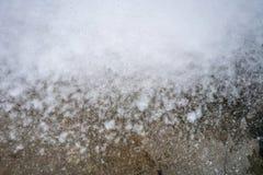 Flusso bianco astratto della schiuma con acqua sul pavimento di calcestruzzo sporco per immagini stock libere da diritti