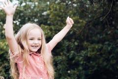 Flusso continuo dei capelli Bambina con capelli biondi Piccolo bambino felice con il sorriso adorabile Capelli lunghi di piccola  immagini stock libere da diritti