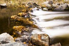 Flusso continuo del fiume fotografia stock