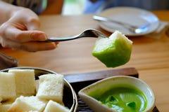 flusso continuo del pane con la crema tailandese di Pandan fotografia stock