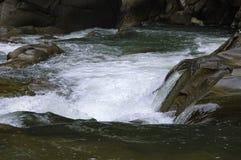 Flusso continuo dell'acqua immagini stock libere da diritti